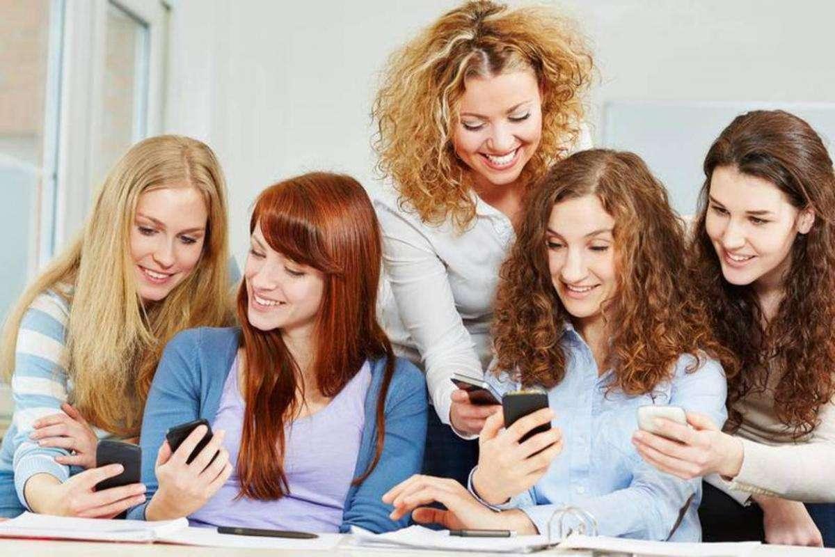 Це смартфони, дофамін та мозок, просто дівчата зі смартфонами