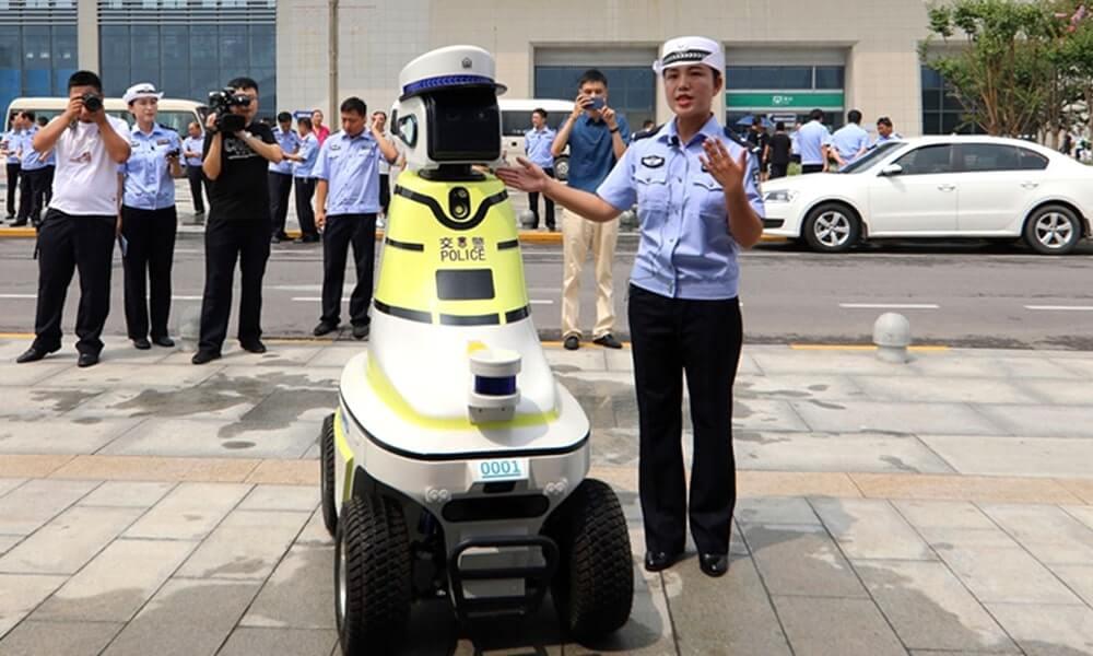 У китайському Ханьдані показали роботів-поліціянтів