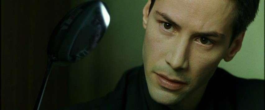 Нео із фільму Матриця дивиться на ложку та намагається її зігнути.