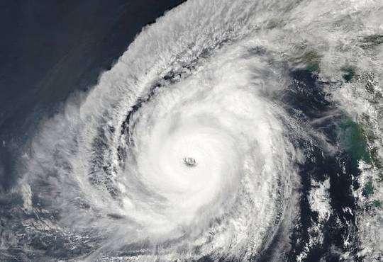 Життя Надпотужний ураган Кйар біля берегів Індії б'є усі рекорди новина природа у світі