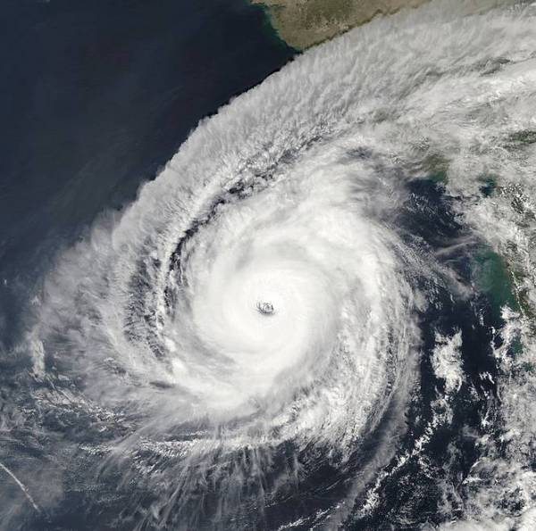 Надпотужний ураган Кйар біля берегів Індії б'є усі рекорди