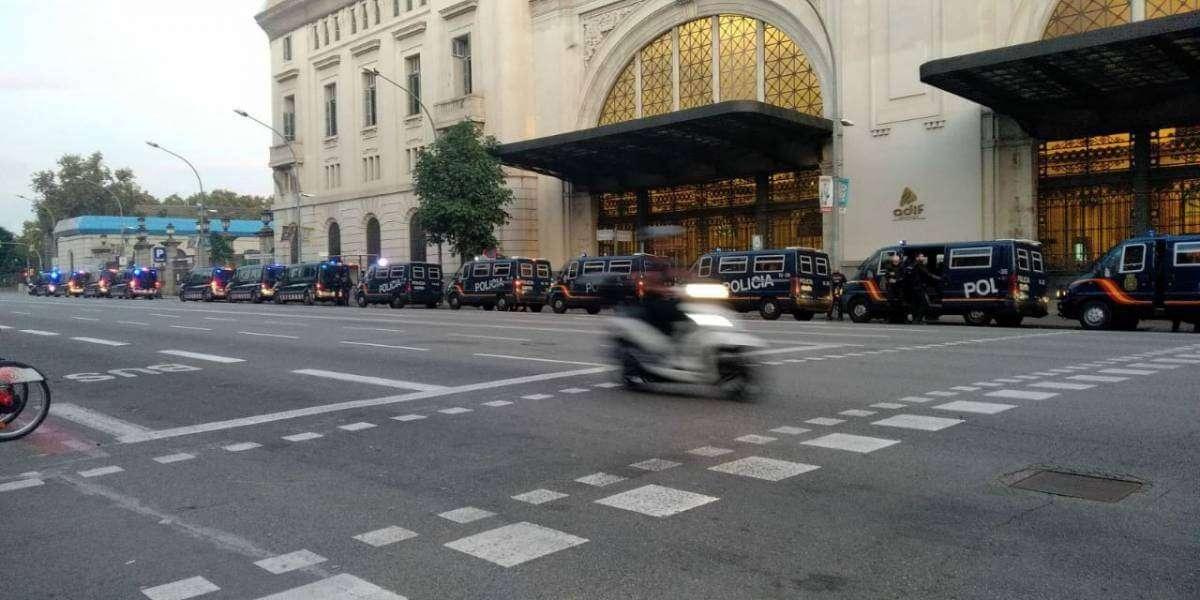 Іспанські поліцейські машини біля входу до вокзалу Естасьон де Франс в Барселоні