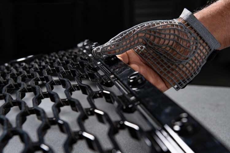 У Jaguar виготовили рукавичку, яка захищає робочих від травм