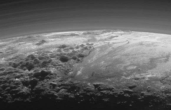 Зображення зроблене при максимальному наближенні зонда «Нові обрії» до поверхні Плутону