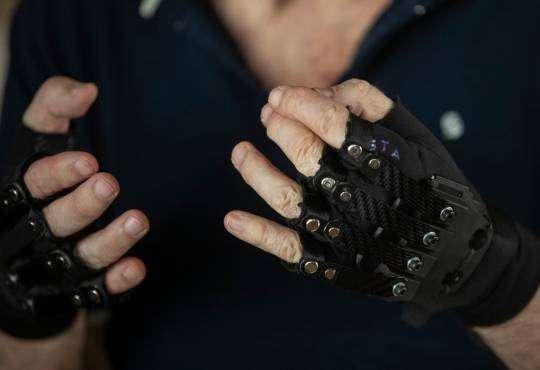 Технології Біонічні рукавички допомогли хворому музикантові знову грати бразилія здоров'я музика новина у світі