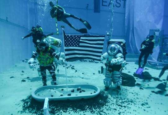 Технології NASA розробляє п'ять нових моделей скафандрів для польоту на Місяць nasa космос Місяць новина