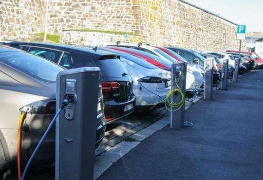 Життя Електромобілі та реальність: чому поки не варто забувати про звичайні авто електротранспорт стаття транспорт