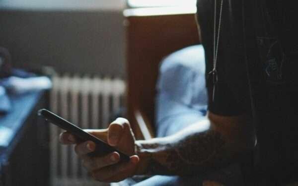 20% молоді залежна від смартфонів та має проблеми зі сном