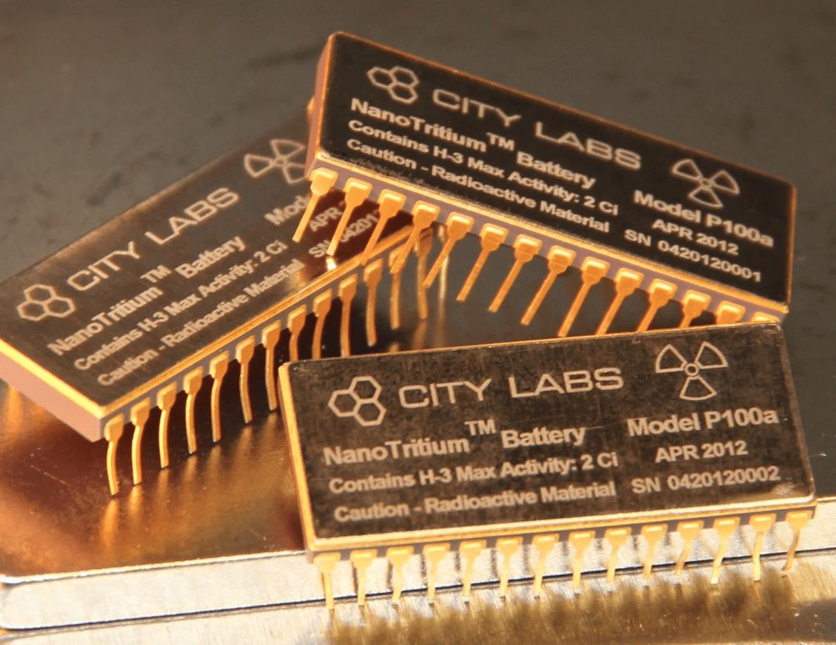 Пілотна комерційна лінійка NanoTritium – бетавольтаїчних батарей з тривалістю служби в 20 років на ізотопі тритію (Водень-3). Джерело: NewAtlas / Citylabs