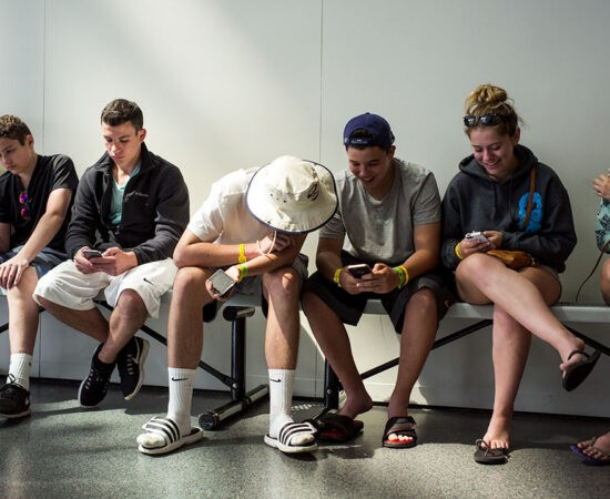Життя Зараз підлітки самотніші, ніж будь-коли раніше. Вчені підозрюють смартфони здоров'я новина психологія смартфони соцмережі сша