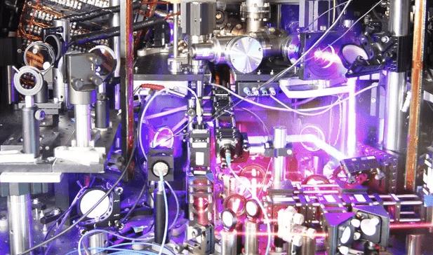 Експериметальний прототим атомного годинника з решітками. Щось подібне зконструювали японські вчені. Джерело: JILA/NIST